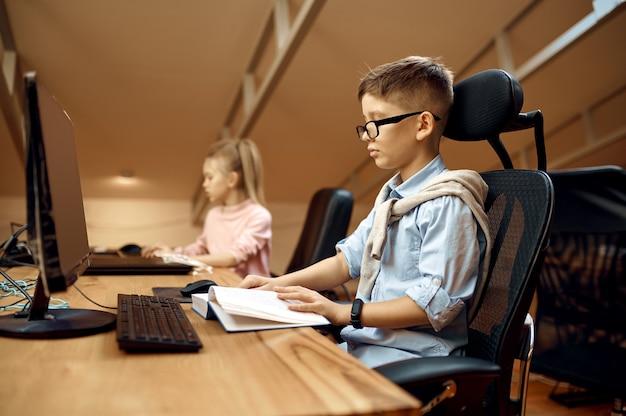 Jongen en meisje werken op pc, kleine bloggers