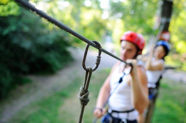 Jongen en meisje zijn obstakels op het wegtouw