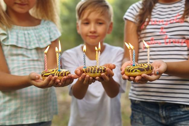 Jongen en meisjes vieren verjaardag buiten in de tuin