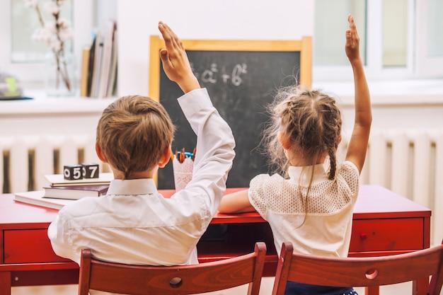 Jongen en meisjeskinderen op de school hebben gelukkig. onderwijs, dag van kennis, wetenschap, generatie, kleuterschool, lerarendag.