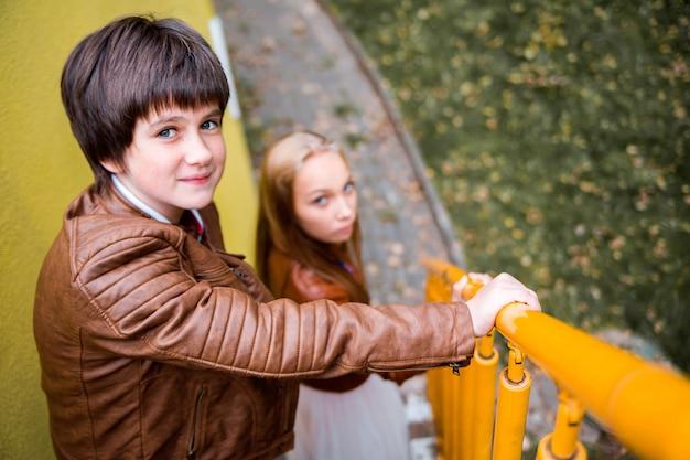 Jongen en meisjestieners in de herfstpark