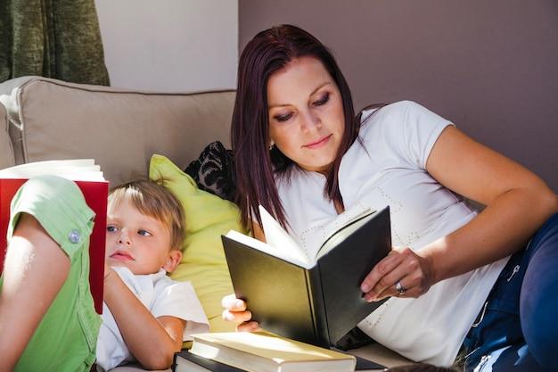 Jongen en moeder lezen van boeken