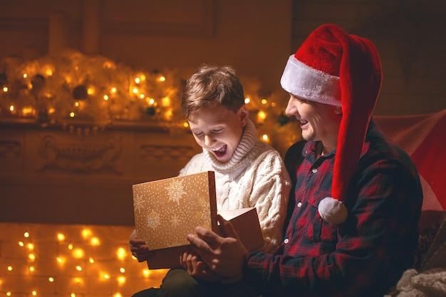 Jongen en vader die een cadeautje openen