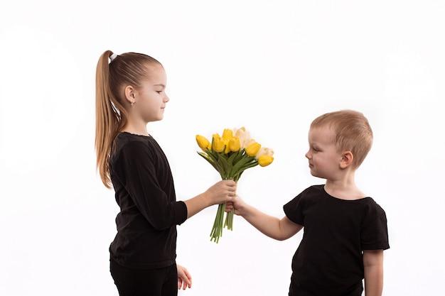 Jongen geeft een meisje bloemen