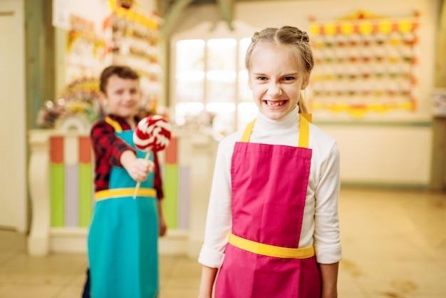 Jongen geeft handgemaakte lolly aan koppig meisje