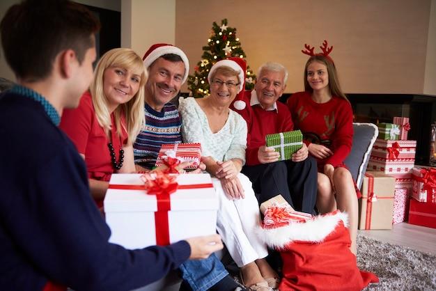 Jongen heeft het grootste geschenk gekregen