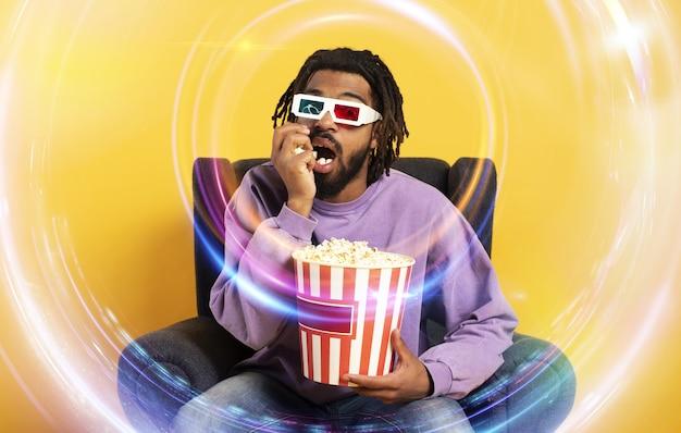 Jongen heeft plezier bij het kijken naar een film. concept van entertainment en streaming tv