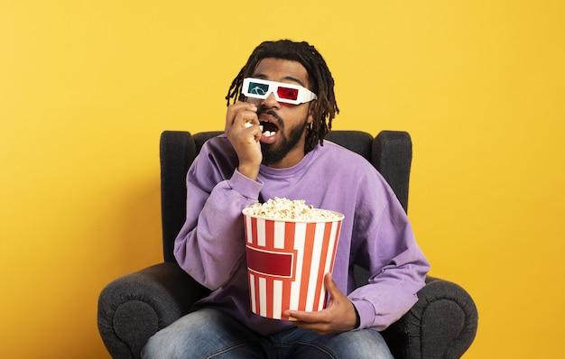 Jongen heeft plezier met het kijken naar een film. concept van entertainment en streaming tv