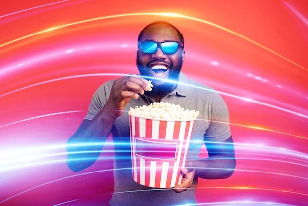 Jongen heeft plezier met het kijken naar een film. concept van entertainment en streaming