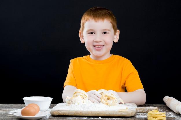 Jongen helpt bij het bereiden van eten