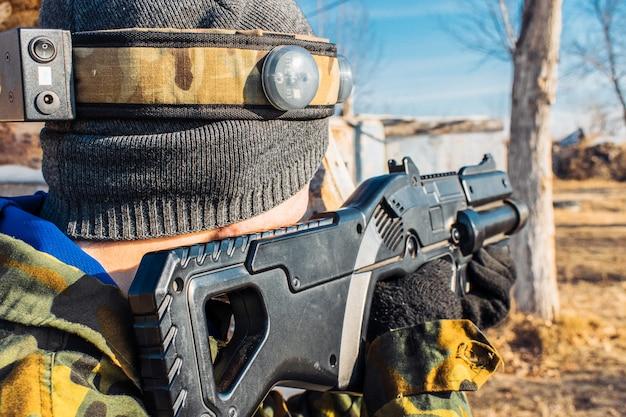 Jongen houdt een laser tag gun gericht