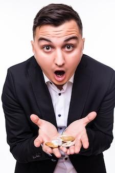 Jongen houdt verschillende cryptomunten in zijn handen op wit