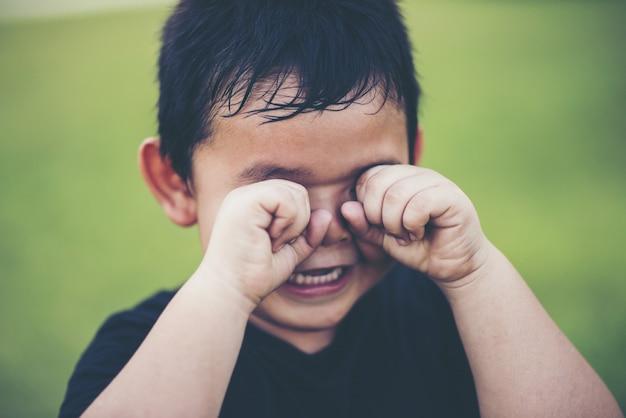 Jongen huilt gek