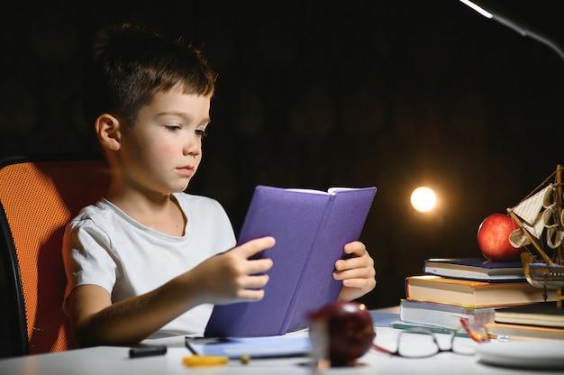 Jongen huiswerk thuis in de avond