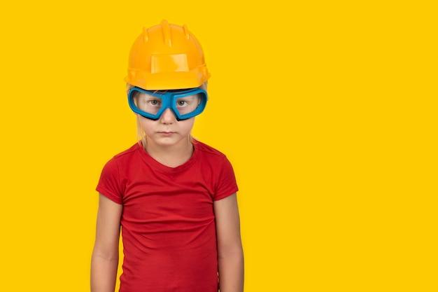 Jongen in beschermende helm en veiligheidsbril