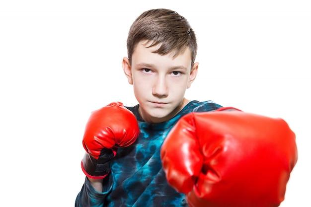 Jongen in bokshandschoenen