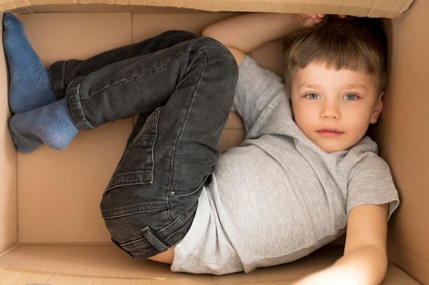Jongen in cartoon doos