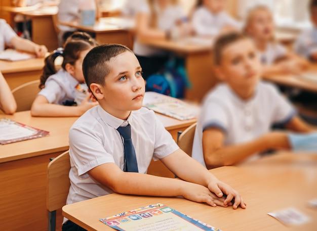 Jongen in de klas van de basisschool