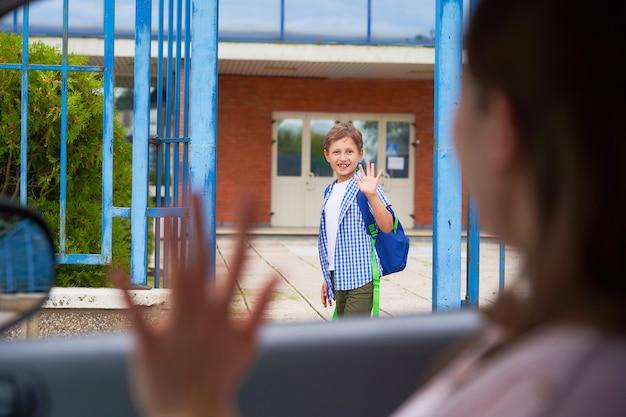 Jongen in de ochtend, gaat naar school.