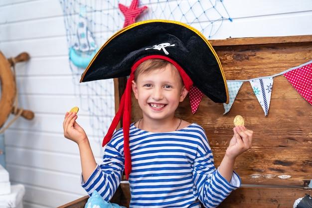 Jongen in de vorm van piraten aan het roer. vakantie decoratie piraat stijl