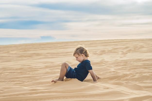 Jongen in de woestijn
