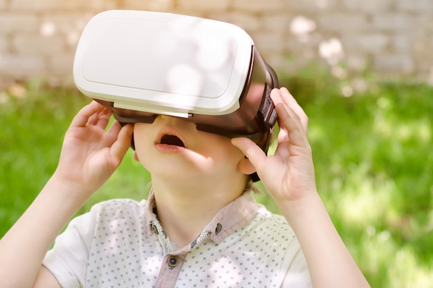 Jongen in een virtual reality-helm