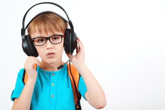 Jongen in glazen die hoofdtelefoon met microfoon dragen die op wit wordt geïsoleerd