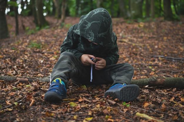 Jongen in het prachtige herfstbos