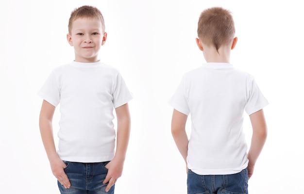 Jongen in lege witte t-shirt voor- en achterkant geïsoleerd.