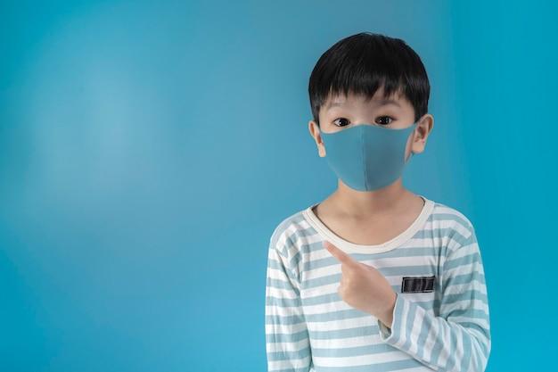 Jongen in medische gezicht bescherming masker.