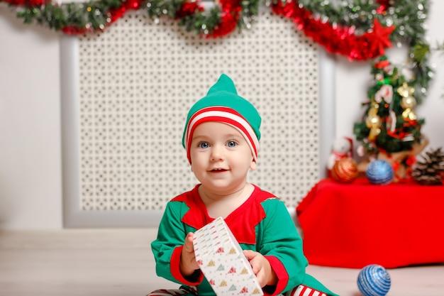 Jongen in pak van santas elf. concept kerst- en nieuwjaarsvakantie.