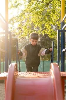 Jongen in park spelen