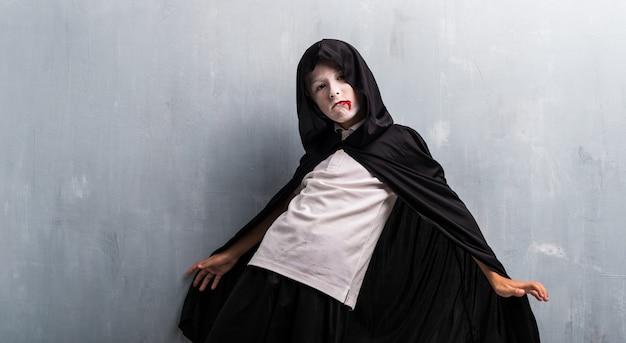 Jongen in vampierkostuum voor halloween-vakantie