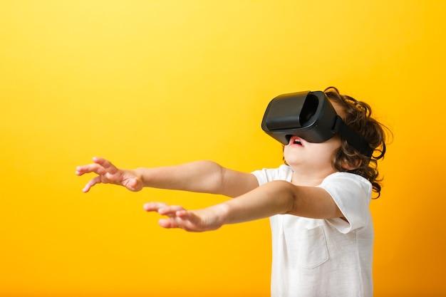 Jongen in virtual reality headset met uitgestrekte armen naar voren