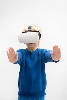 Jongen in vr-bril speelt virtual reality-spel