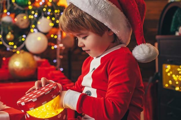 Jongen kind spelen kerstversiering