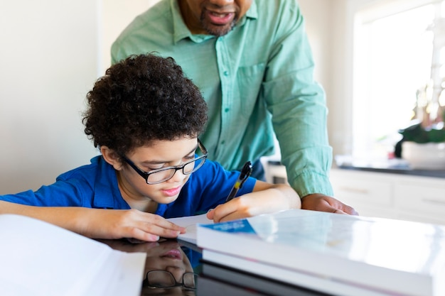 Jongen krijgt thuisonderwijs van zijn vader in het nieuwe normaal