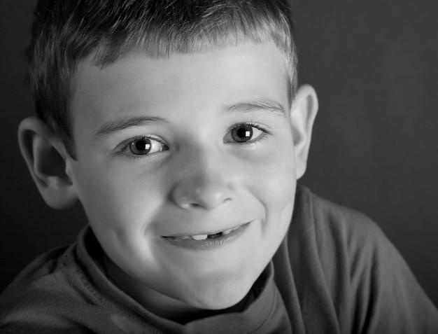 Jongen lacht, portret (b & w)