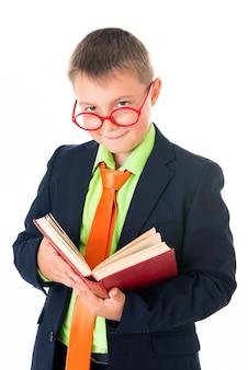 Jongen leest een boek dorstig naar kennis geïsoleerd