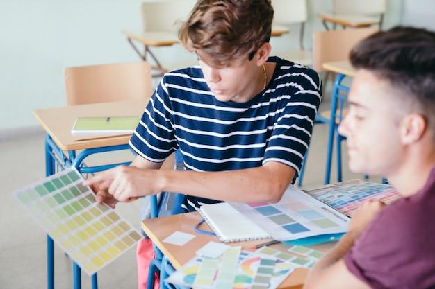 Jongen legt de oefening uit aan zijn schoolgenoot