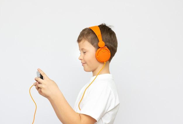 Jongen luister muziek hoofdtelefoon concept