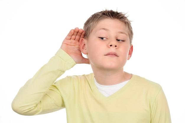 Jongen luistert naar roddelen