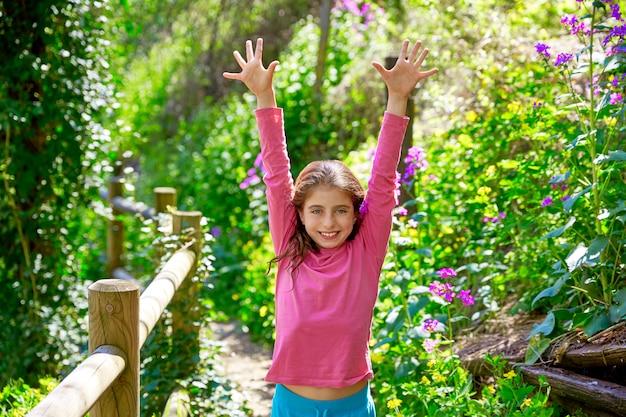 Jongen meisje in voorjaar spoor in cuenca bos van spanje