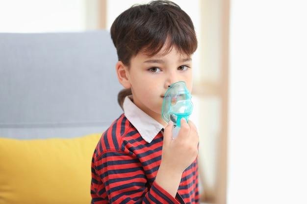 Jongen met behulp van astma-machine thuis