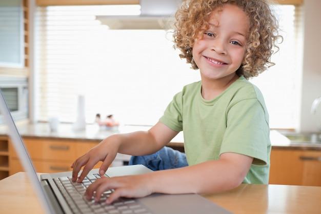 Jongen met behulp van een laptop