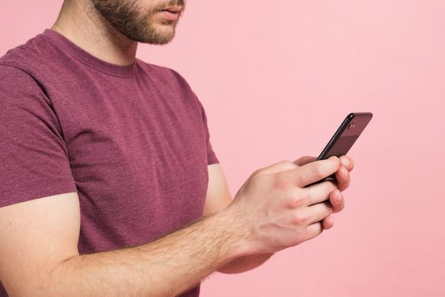 Jongen met behulp van mobiele telefoon