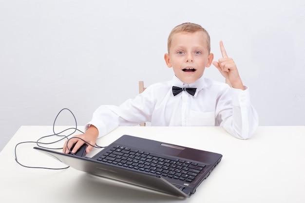 Jongen met behulp van zijn laptopcomputer