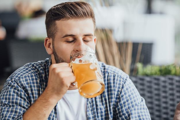 Jongen met bier, drank teesting.