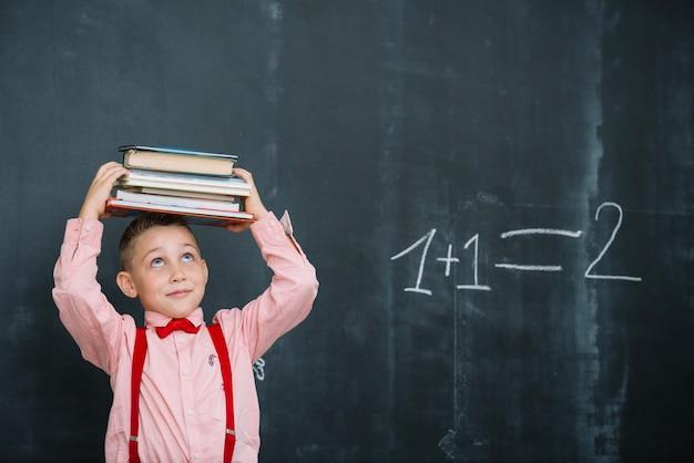Jongen met boeken in wiskunde klasse