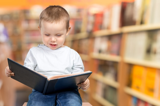 Jongen met een boek